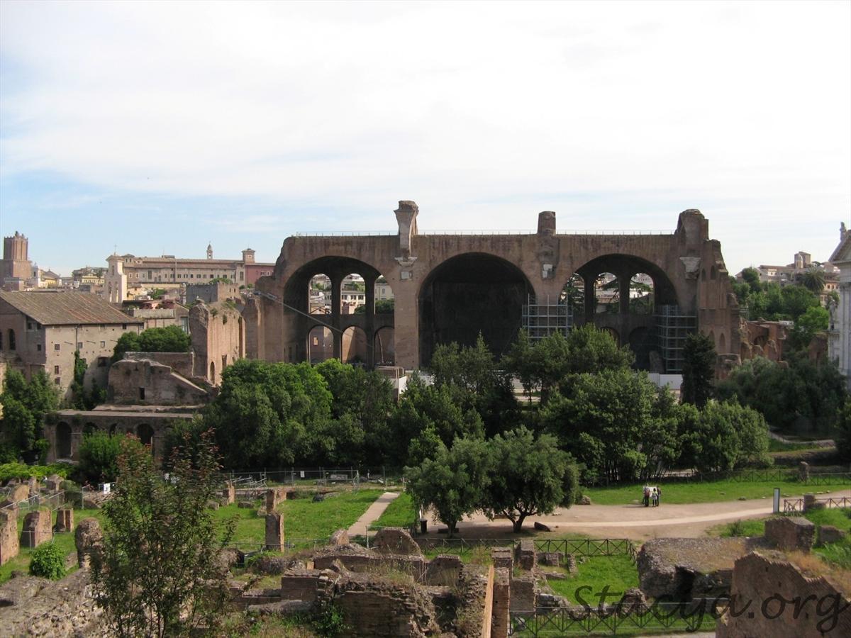 Basilica of Maxentius and Constantine. Tā bijusi neticami milzīga celtne.