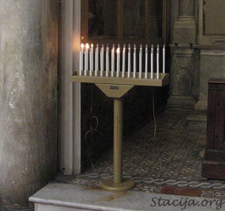 Pie mums pareizticīgo baznīcās pērk un dedzina svecītes. Bet rietumos viss ir racionālāk - jāiemet monētiņa un zināmu laika periodu degs elektriskā spuldzīte.