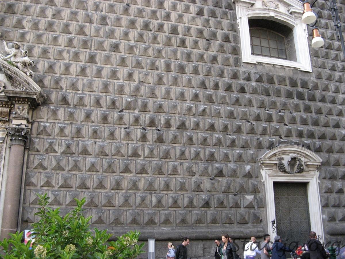Cik baložu tusē uz baznīcas sienas?