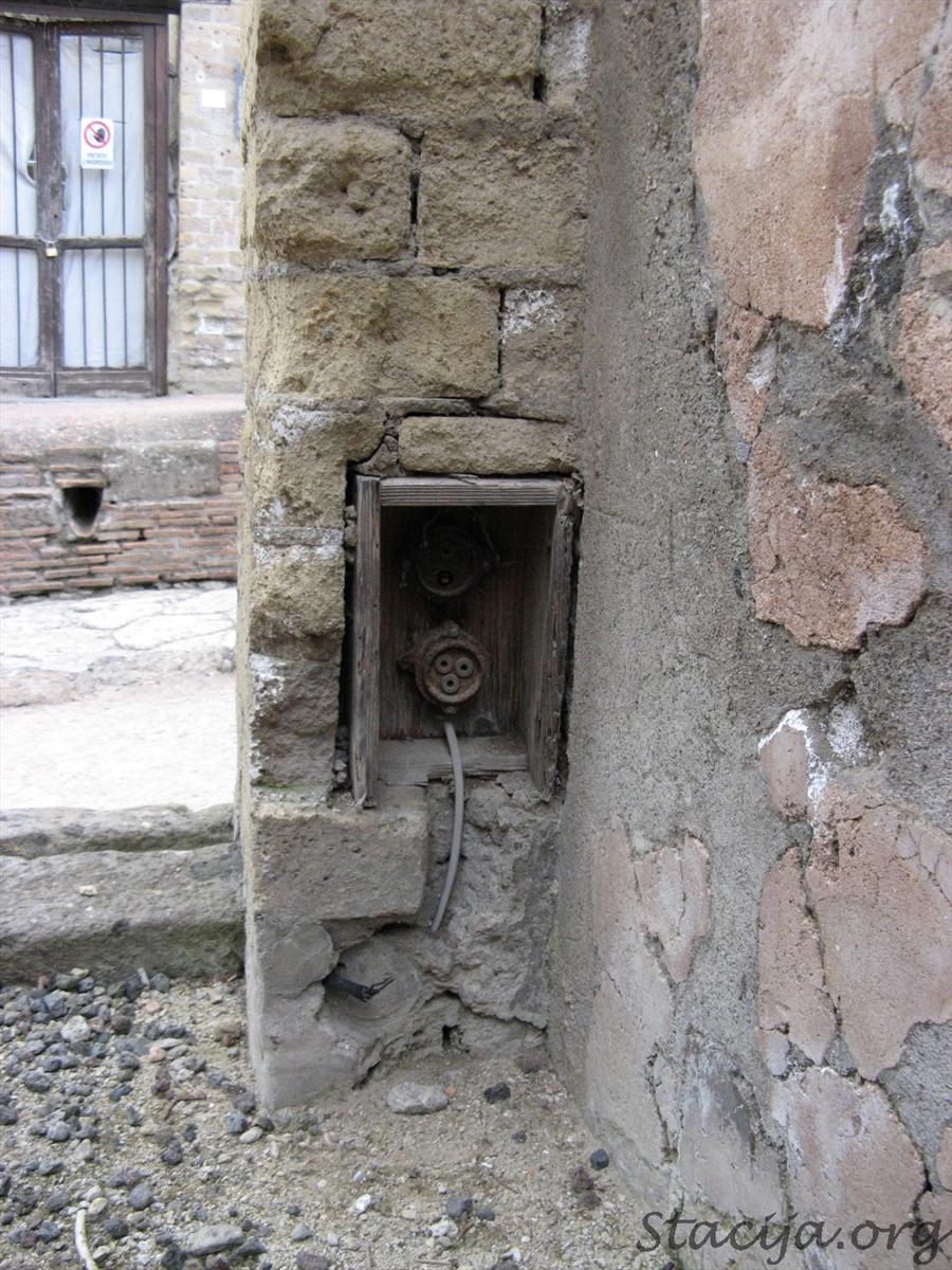 Senie elektrības kontakti