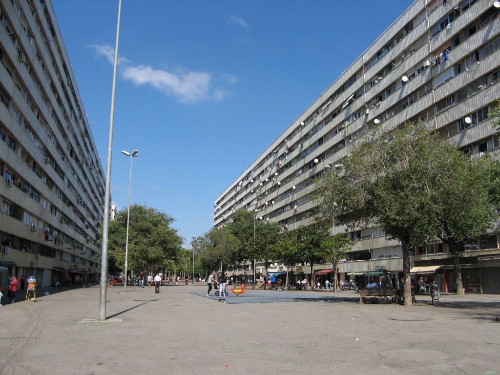 Divas desmitstāvu ēkas, pie kurām ļoti neparastā kārtā nav neviena Katalonijas karoga