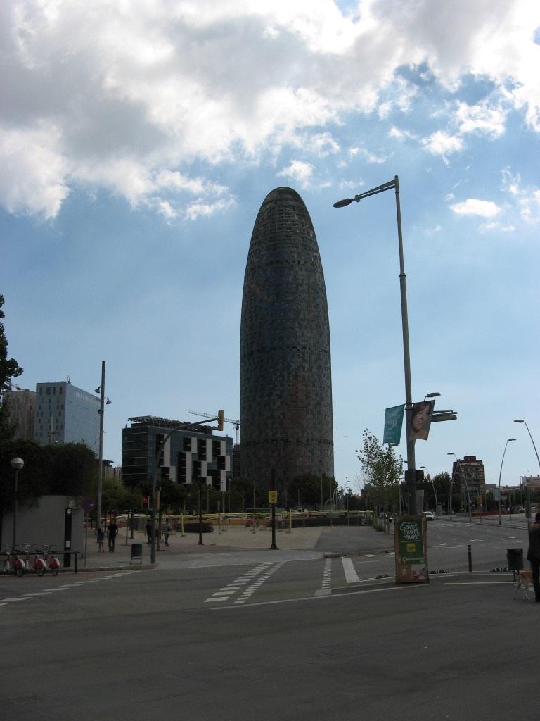 Pēc tam devāmies pie Torre Agbar debesskrāpja, kuru, pirms uzzinājām tā nosaukumu, dēvējām par pipsi.