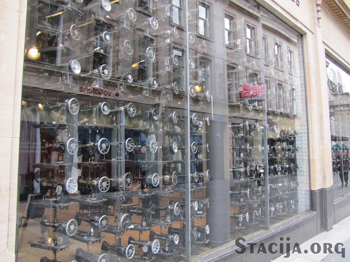 Drēbju veikals, sienas un skatlogi neticami bagātīgi dekorēti ar šujmašīnām. Šī ir tikai maza daļiņa no tā visa.