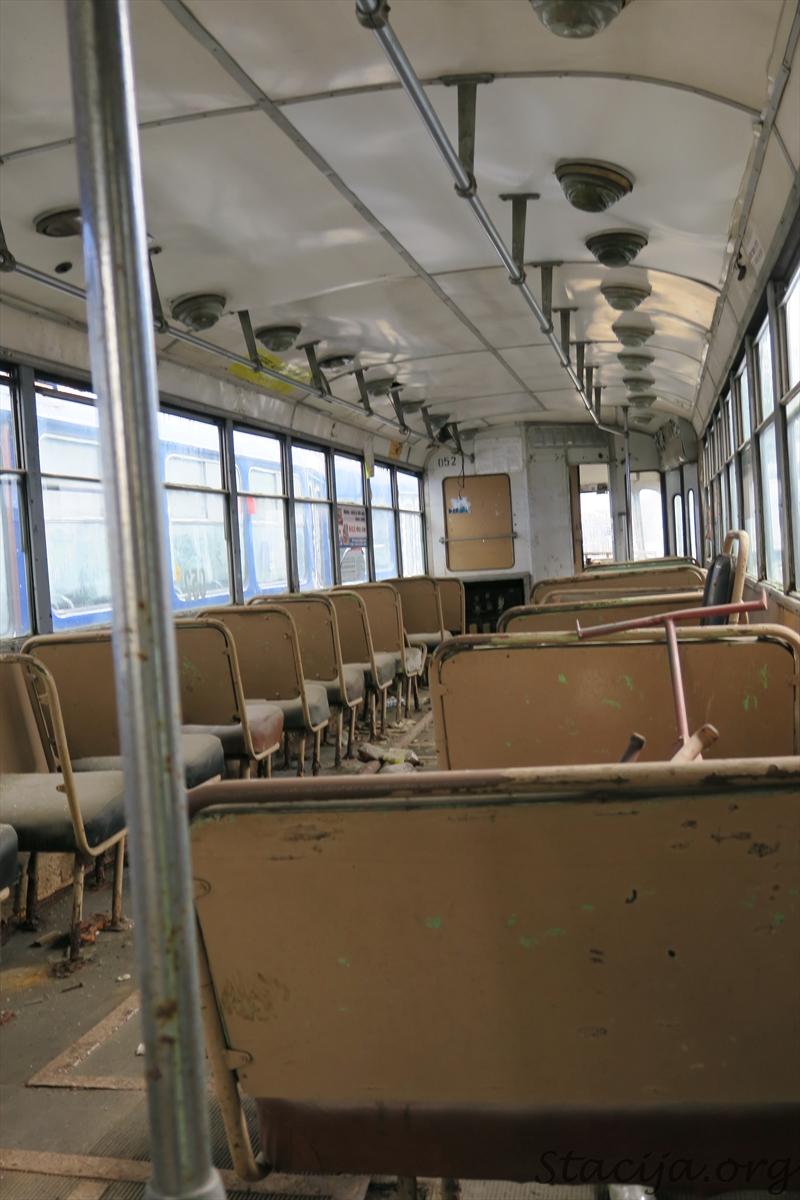 Tā kā tramvaja durvis bija puspavērtas, iebāzu pa tām fotoaparātu. Atceros, ka vienu reizi mūžā esmu ar šo modeli braucis, laikam uz Iļģuciemu.
